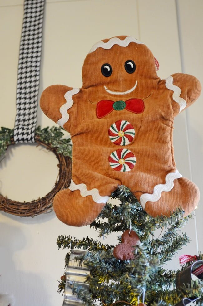 gingerbread oven mitt used as a tree topper | cottage at the crossroads