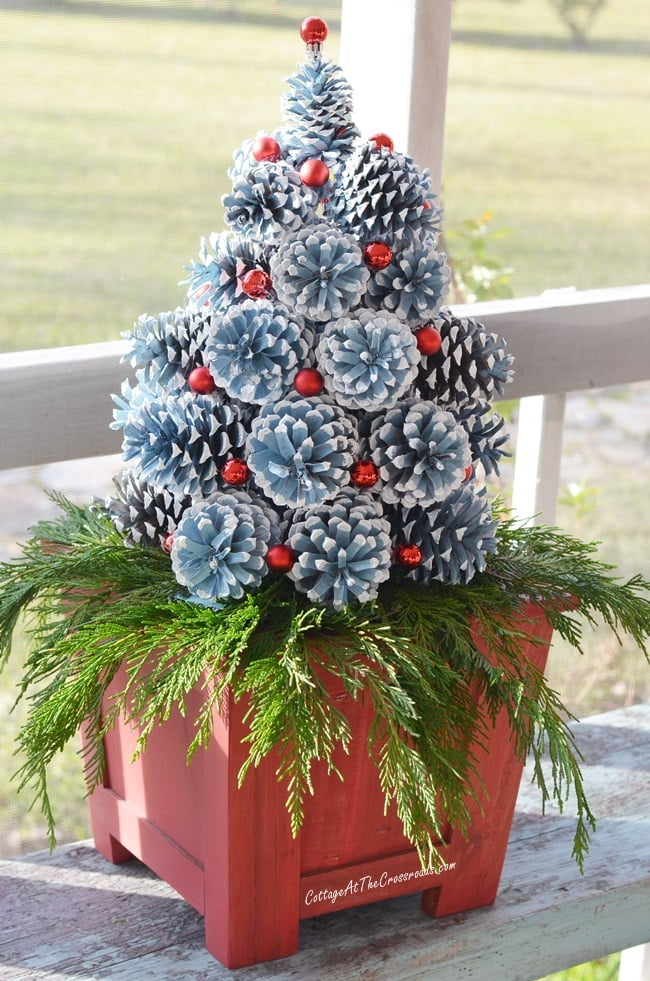 a tutorial on how to make pine cone christmas trees - Pine Cone Christmas Tree Decorations