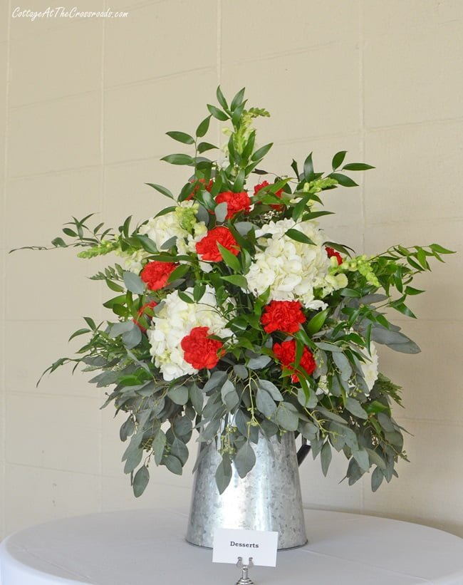 red and white floral centerpiece used at a golf benefit party