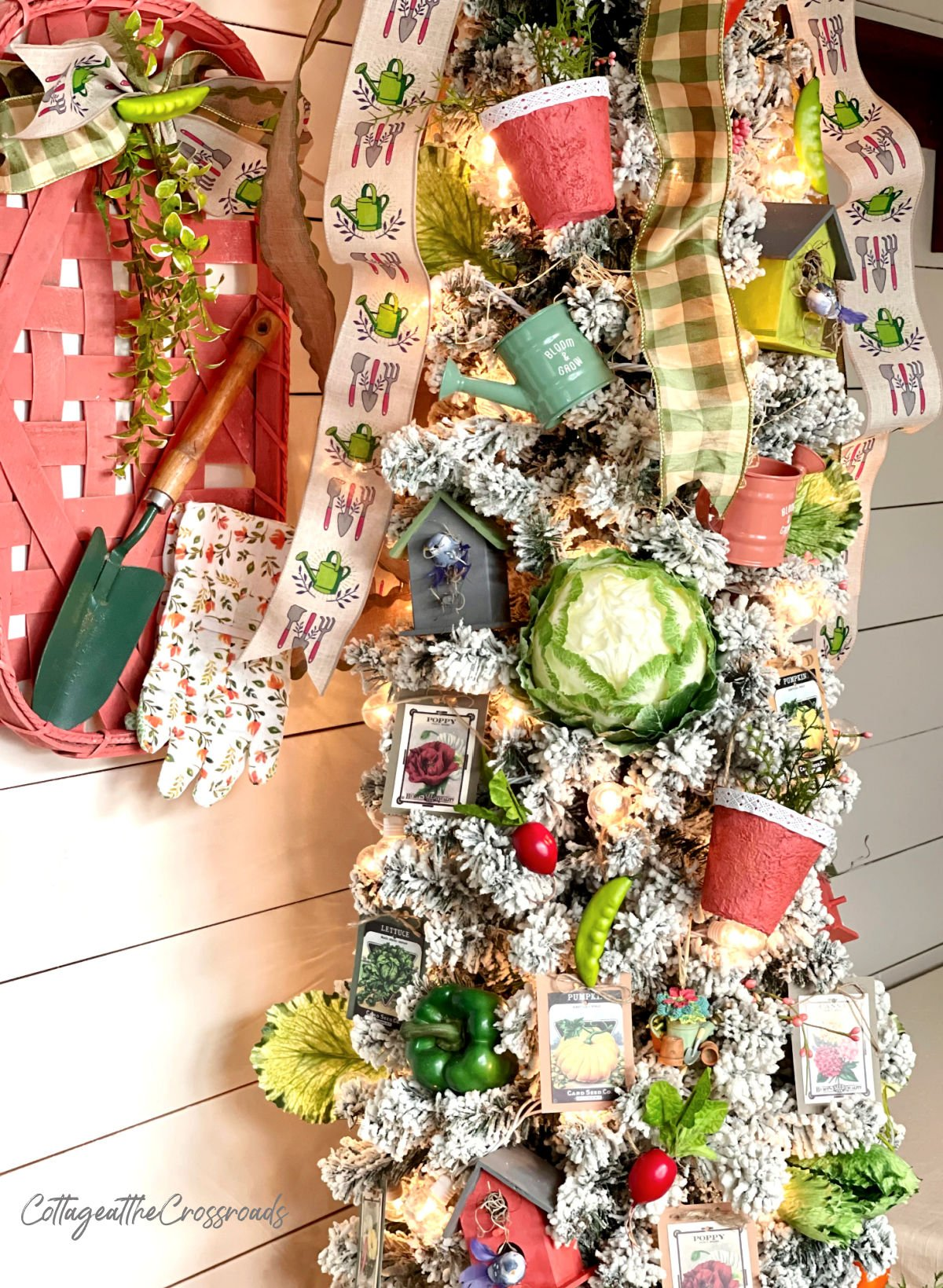 tobacco basket and Christmas tree decorated with a garden theme